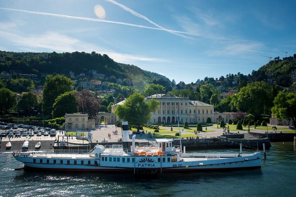 Il piroscafo Patria restaurato ormeggiato davanti a Villa Olmo e ai suoi giardini