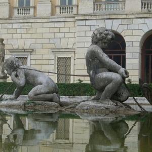 I putti e il mostro marino nella fontana monumentale di Villa Olmo prima del restauro